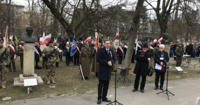 Uroczystość złożenia wieńców pod pomnikami Żołnierzy Wyklętych w Parku Jordana